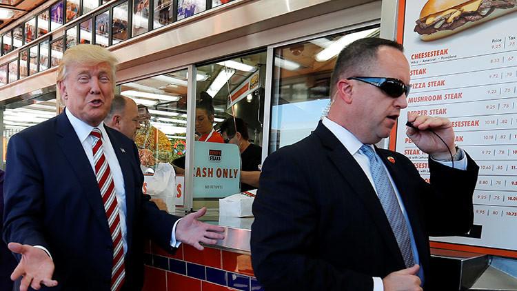 """Casa Blanca: """"A Trump lo relacionan con Rusia incluso cuando se echa aliño ruso a la ensalada"""""""
