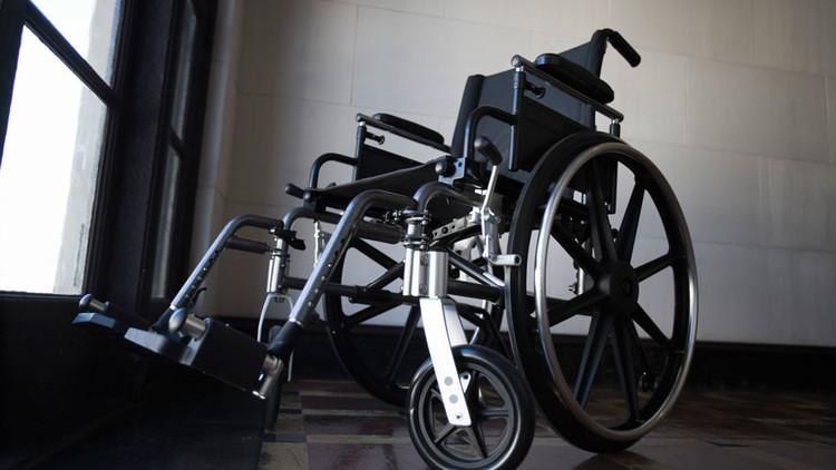 """""""Como a una cabra"""": Encadenan a una solicitante de asilo discapacitada en un aeropuerto británico"""