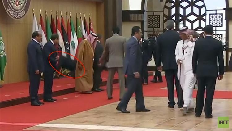 VIDEO: el presidente de Líbano se cae de bruces durante la cumbre de la Liga Árabe