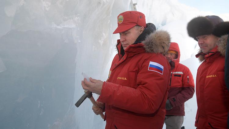Putin desprende trozos del hielo de un glaciar durante una expedición a una isla del Ártico  (FOTOS)