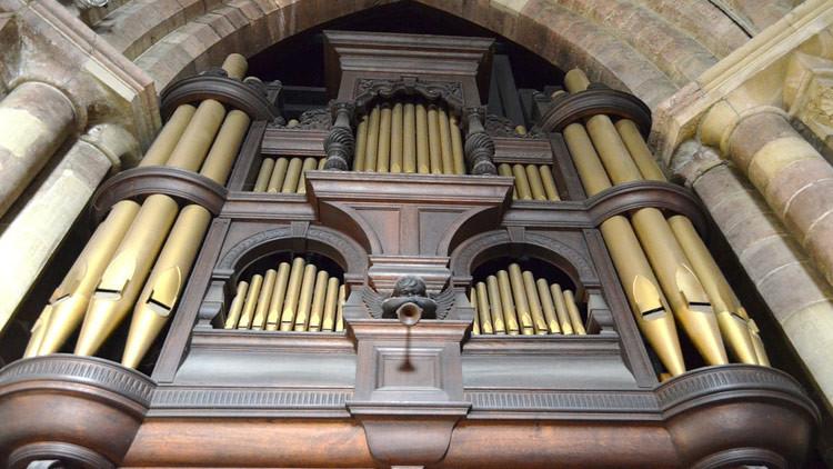 ¿Quién es esta mujer? Desvelan un rostro misterioso detrás de un órgano parroquial (FOTO)