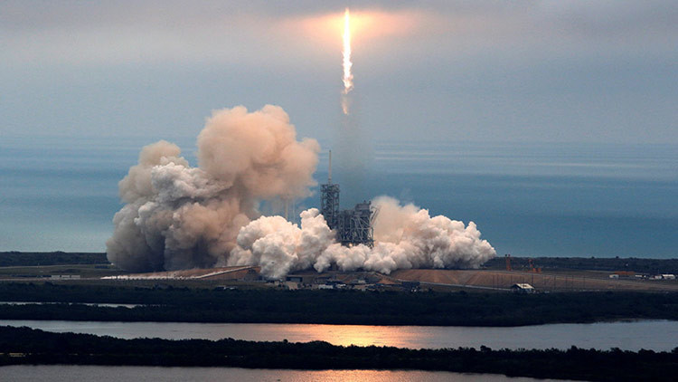 VIDEO: El Falcon 9 de SpaceX amariza con éxito en una plataforma flotante