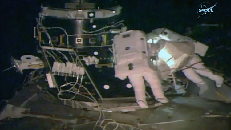 Astronautas de la NASA pierden parte del escudo antimeteoritos de la EEI en pleno espacio