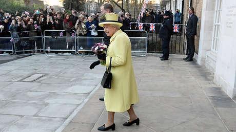 La reina Isabel II de Reino Unido con su bolso Launer.