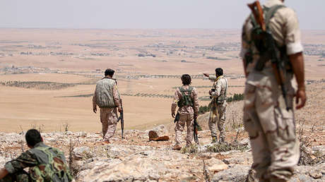 Varios combatientes de los grupos armados de la coalición mantienen posiciones cerca de Manbij, gobernación de Alepo, Siria.
