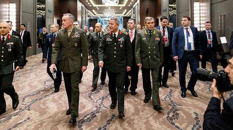El jefe del Estado Mayor de Turquía, Hulusi Akar, junto a sus homólogos de Rusia y EE.UU., Valery Guerásimov y Joseph Dunford en Antalya (Turquía)