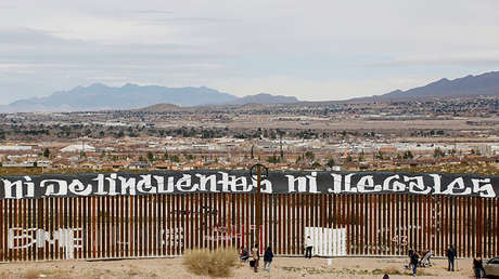 Un grupo de activistas pintan una pared del muro que divide Ciudad Juárez y Nuevo México.