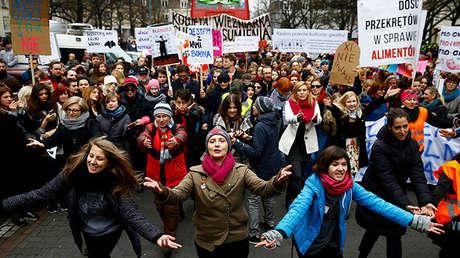 Un grupo de personas baila en Varsovia durante una marcha en el Día Internacional de la Mujer de 2015.