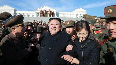 El líder norcoreano, Kim Jong-un, visita la Escuela Revolucionaria de Mangyongdae y planta árboles con estudiantes con ocasión del Día de Reforestación.