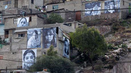 Rostros de víctimas de la violencia fueron colgados en las fachadas de casas en el municipio de Ecatepec como protesta en el 2012.