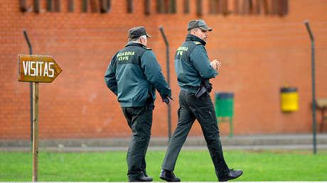 Dos agentes de la Guardia Civil junto a la cárcel de Teixeiro (Galicia), España.