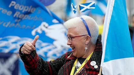 Una mujer en una manifestación a favor de la independencia en Glasgow