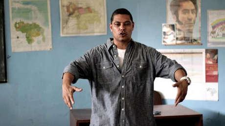 Luis Díaz canta Hip Hop y enseña historia a niños de escuela