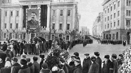 Un grupo de personas forma una cola para dar su último adiós a  Iósif Stalin, en Moscú.