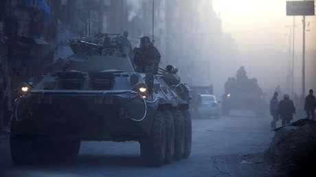 Soldados rusos patrullan una calle en Alepo en vehículos blindados, el 2 de febrero de 2017