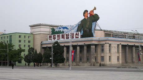La plaza Kim Il-sung en Pionyang, Corea del Norte.