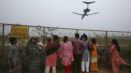 Un avión descendiendo sobre el aeropuerto internacional de Daca, el 16 de marzo de 2009.