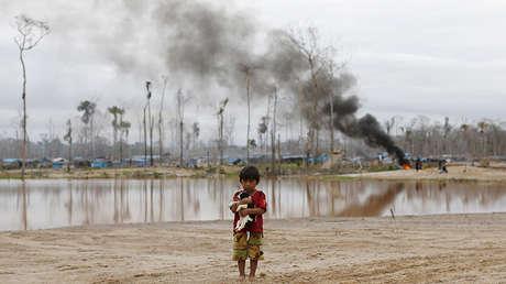 Policías destruyen un sitio clandestino de minería ilegal en Perú.