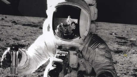 Alan Bean durante su caminata lunar.