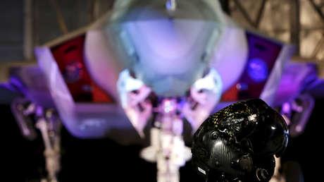 El casco de piloto frente a un avión F-35
