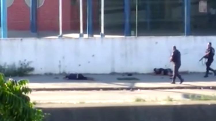FUERTE VIDEO: Dos policías disparan a quemarropa a sospechosos heridos en Brasil