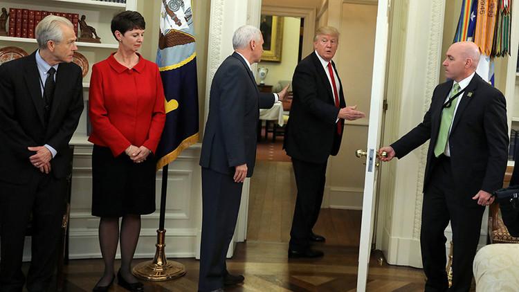 Trump se retira sorpresivamente del Despacho Oval sin firmar órdenes ejecutivas (VIDEO)