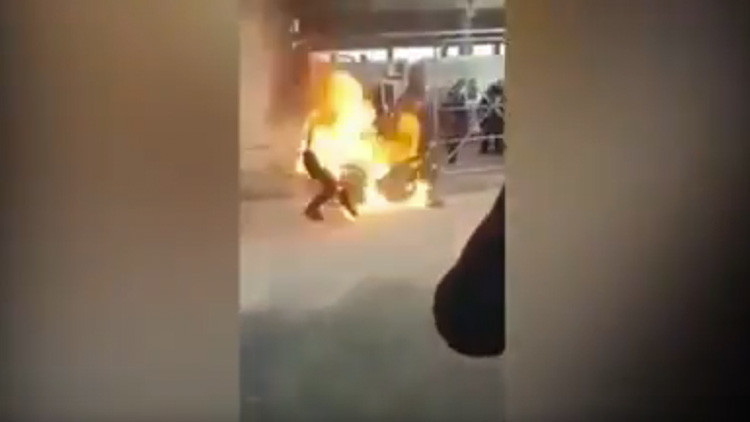 Refugiado sirio se prende fuego desesperado por no obtener asilo (FUERTE VIDEO)