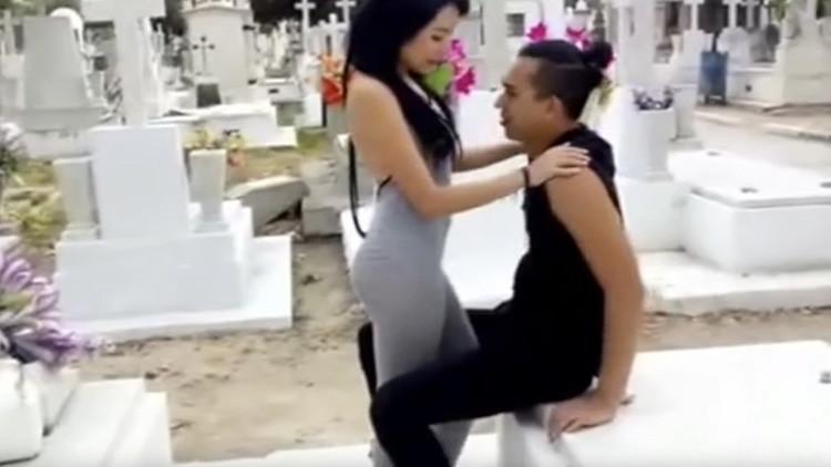 Presume de grabación de un video porno en panteón de México, la acusan y se hace viral en las redes