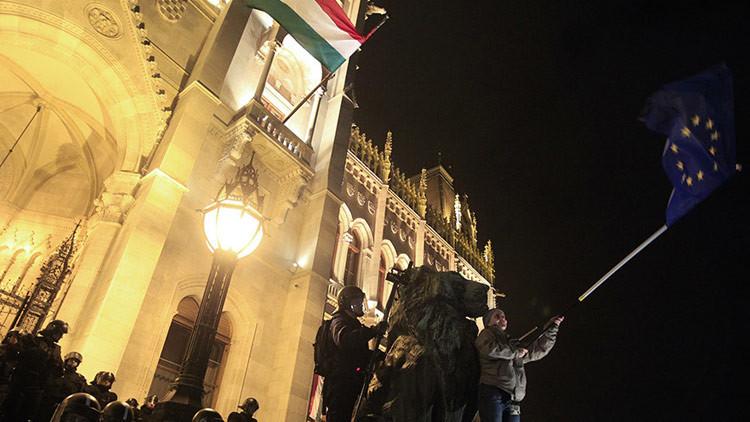 """""""Paremos a Bruselas"""": Hungría pregunta a los ciudadanos sobre su encaje en la UE"""