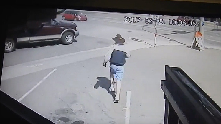 Video: Un hombre con un niño roba una camioneta a plena luz del día en EE.UU.