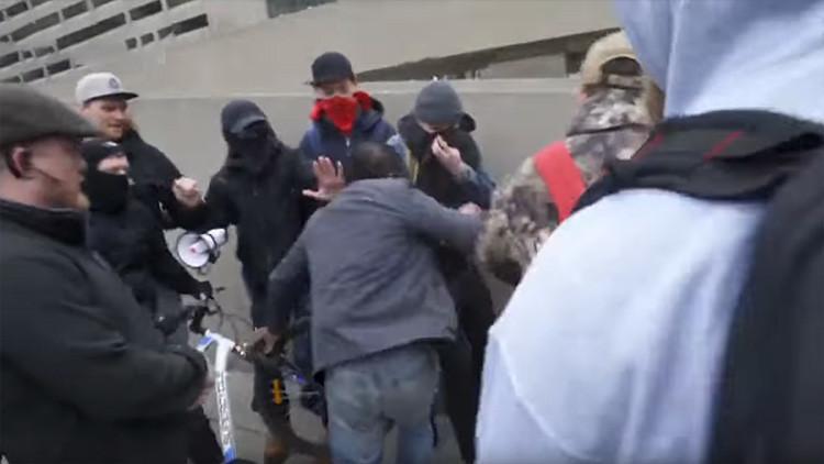 Canadá: Manifestantes antirracistas se enfrentan con antiinmigrantes en una batalla campal (VIDEO)