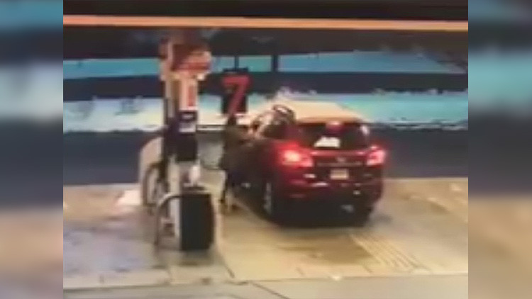 'Baña' en gasolina al ladrón de su coche