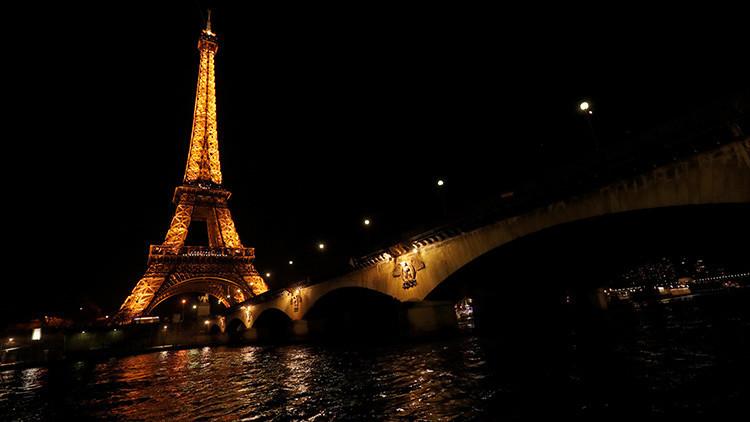 VIDEO: París apaga las luces de la Torre Eiffel por las víctimas del atentado en San Petersburgo