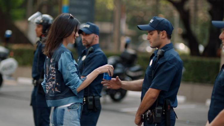 Protestas, refrescos y paz: El último anuncio de Pepsi y Kendall Jenner desata la controversia