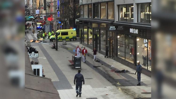 """""""Caos completo"""": Testigos relatan el horror después de que un camión arolle a una multitud en Suecia"""
