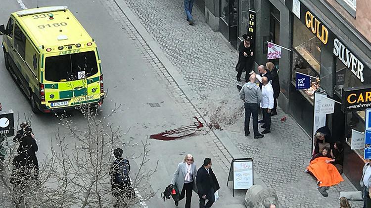 Primeras imágenes del atentado en Suecia: Un camión embiste a una multitud