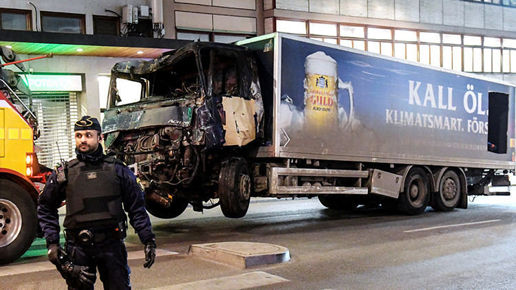 Atentado en Estocolmo: La Policía halla una bomba en el camión usado en el ataque