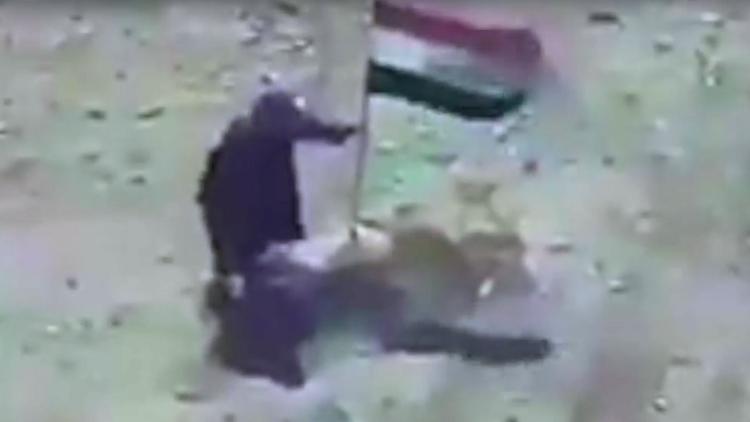 VIDEO: Miembro del EI  'muerde el anzuelo' de una bandera iraquí en Mosul y muere al ir a retirarla