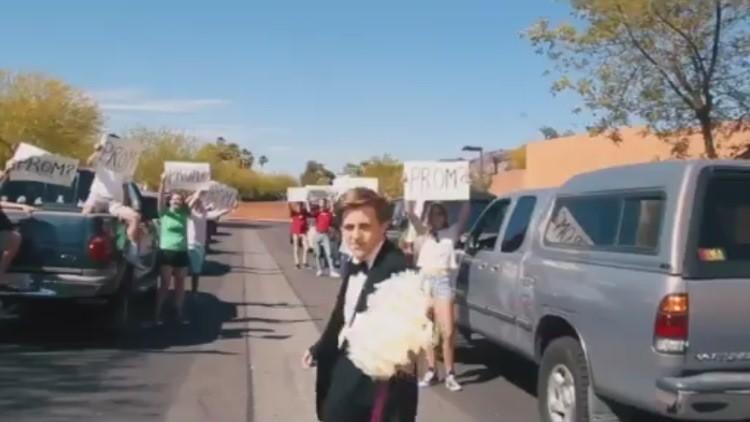Un joven invita a Emma Stone a su baile de graduación y recibe una original respuesta
