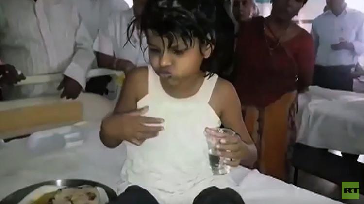 La aterradora realidad que podría estar detrás del caso de la niña hallada entre monos en la India