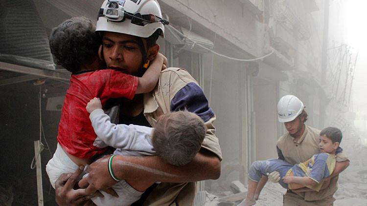 Denuncian una cruel puesta en escena de los Cascos Blancos con niños muertos en Siria
