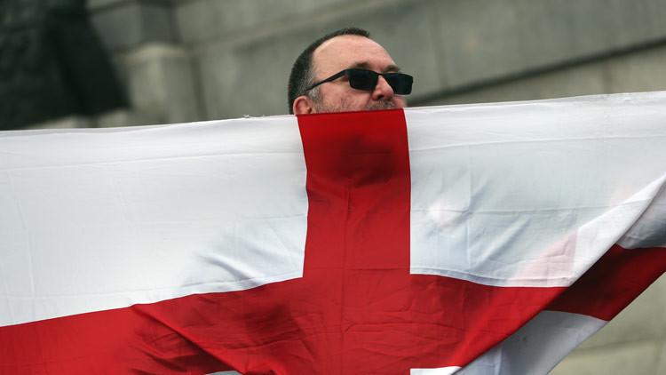 Foto viral: una joven desafía a manifestantes de extrema derecha en Inglaterra