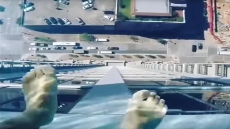 ¿Tiene miedo a las alturas? Conozca esta piscina 'sin fondo' suspendida en las nubes (VIDEO)
