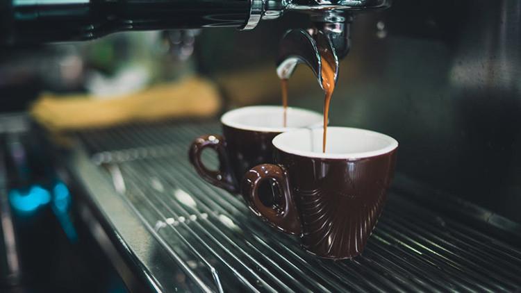 La razón por la que debemos poner sal al café en vez de azúcar
