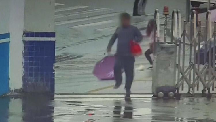 El robo (más torpe) del siglo: sustrae un teléfono y entra por accidente en una comisaría (VIDEO)
