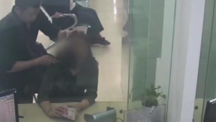 Un empleado bancario arriesga su cuello para salvar a un cliente y esto es lo que pasa (VIDEO)