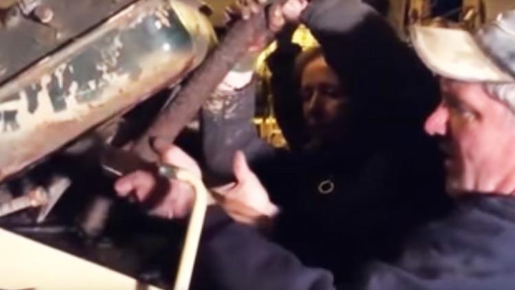 VIDEO: El momento en que un coleccionista descubre cinco lingotes de oro en un tanque soviético