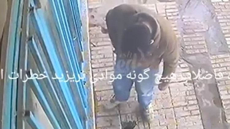 VIDEO: Arroja un cigarrillo en el agujero de una alcantarilla y causa una tremenda explosión