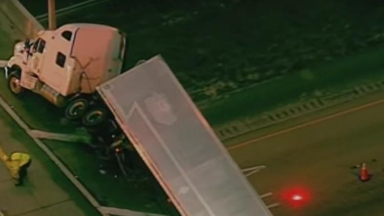 Video: Muere al caer al vacío el conductor de un remolque que asistía a un camión volcado en EE.UU.
