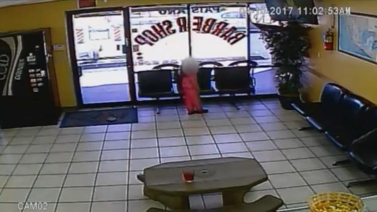 Video escalofriante: Niña de 4 años sobrevive a un tiroteo en una peluquería